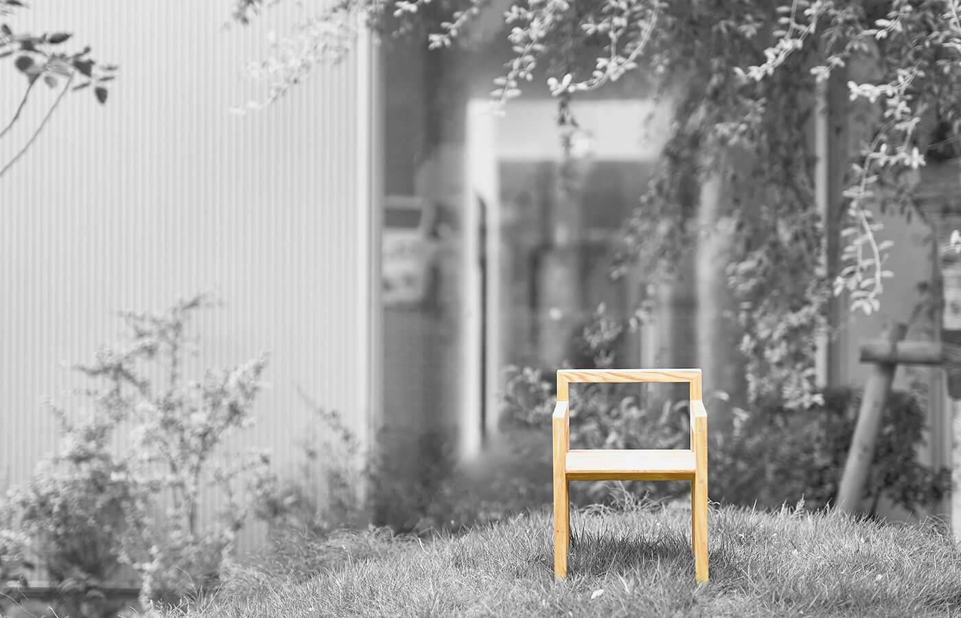 草木の中に椅子が佇む写真