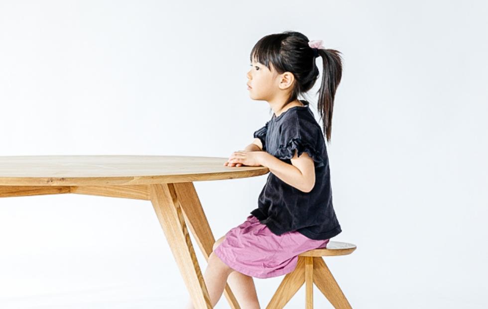 女の子が机に向かっている写真